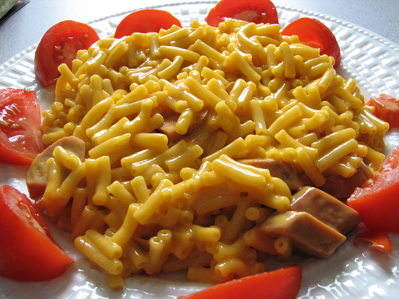 macaroni and cheese with tomato wedges
